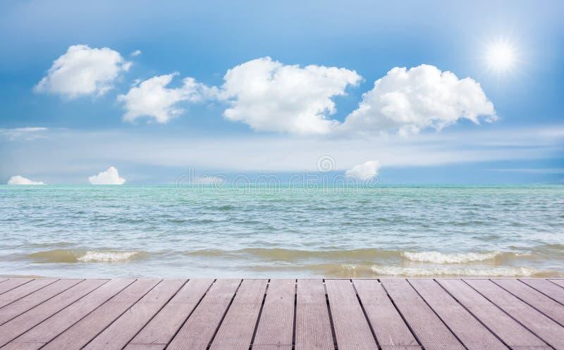Strandplats med trägolvet royaltyfri fotografi
