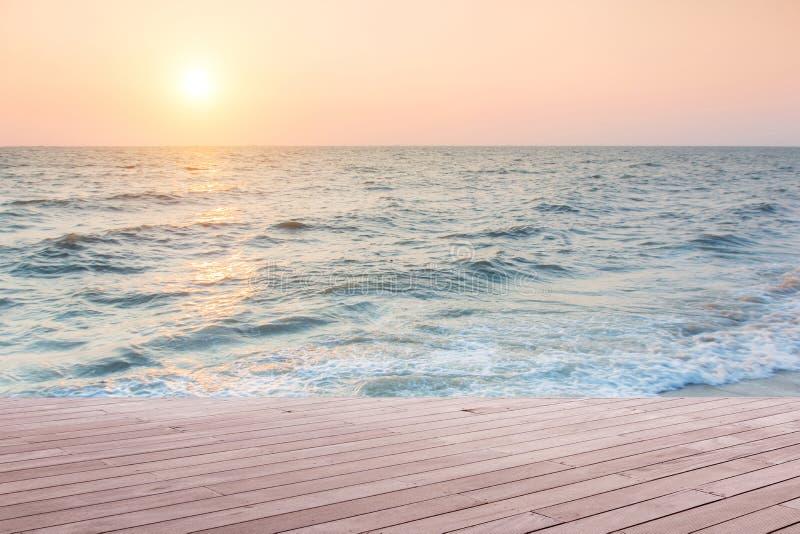 Strandplats med trägolvet fotografering för bildbyråer