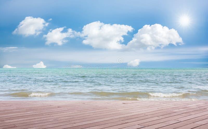 Strandplats med trägolvet arkivfoton
