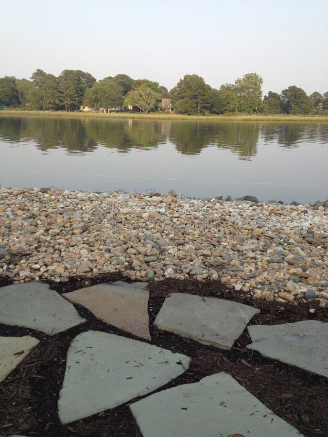 Strandplats som förbiser vatten arkivbild