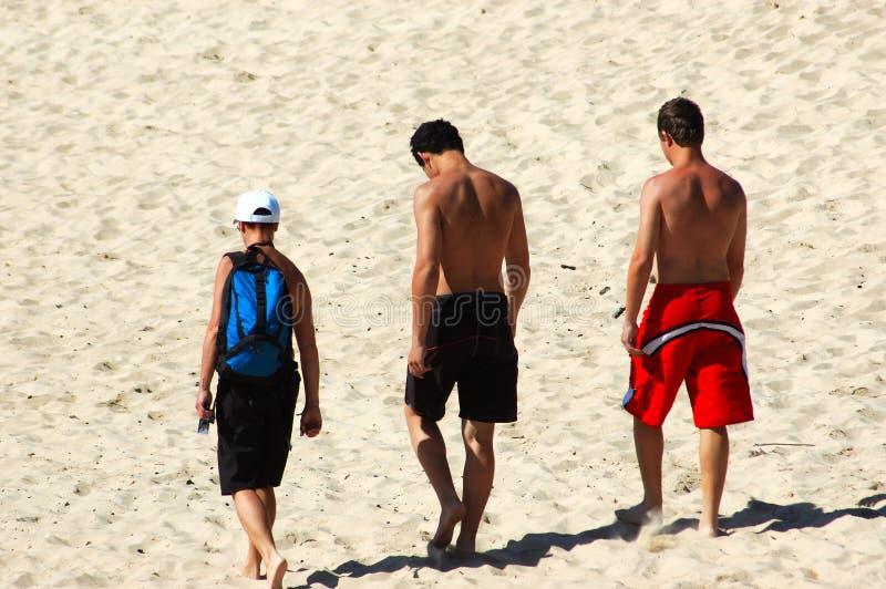 strandpojkar arkivfoto