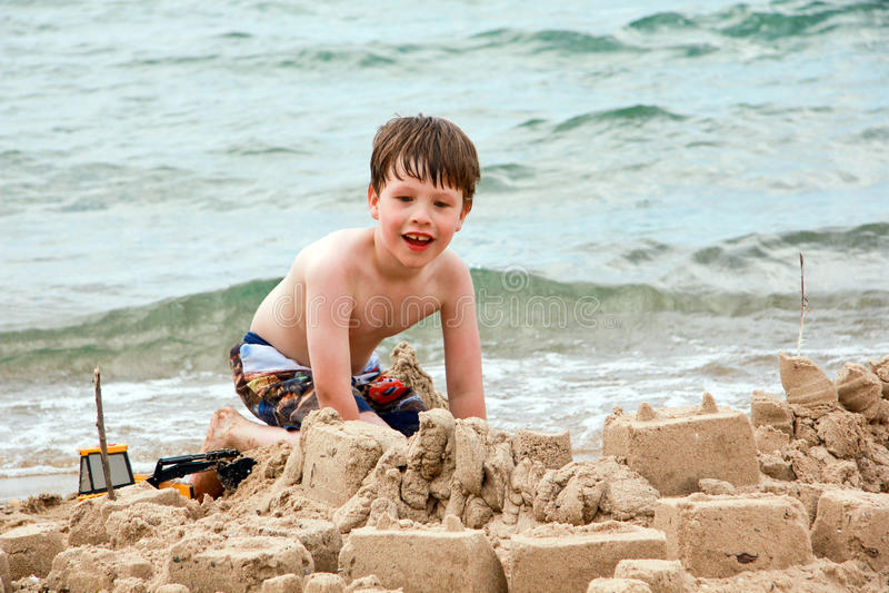 strandpojkebarn royaltyfria bilder