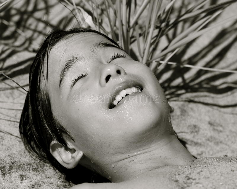 strandpojken kopplar av arkivbild