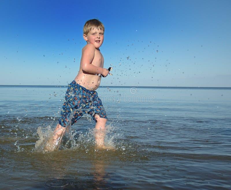 strandpojkerunning arkivfoton