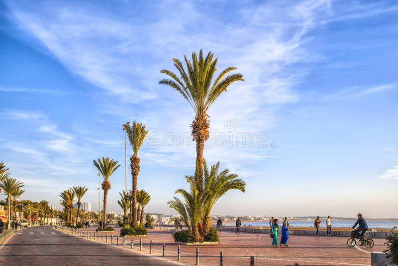 Strandpromenad av den afrikanska hamnstaden Agadir royaltyfria bilder