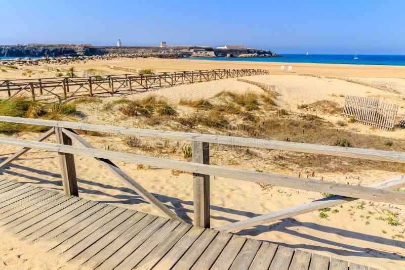 Strandpromenad och staket på den sandiga stranden, Tarifa, Spanien arkivbild