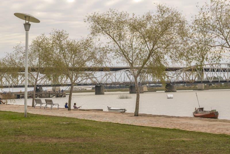 Strandpromenad på Santa Lucia River i Montevideo Uruguay arkivfoto