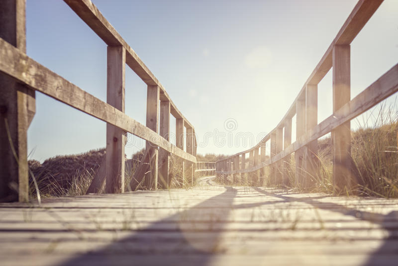 Strandpromenad som leder till stranden över sanddyn arkivfoton