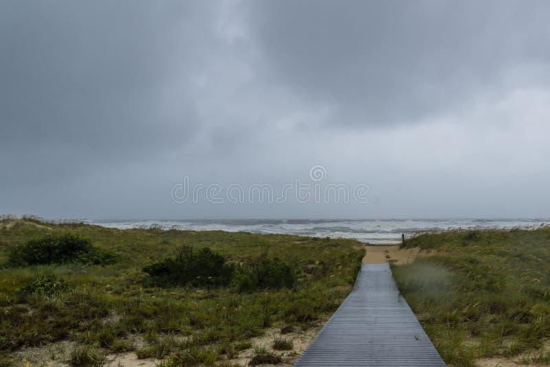Strandpromenad till stranden under orkanen Hermine av Virginia Beach Virginia arkivbild