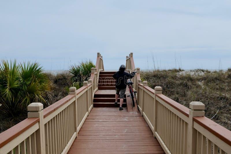 Strandpromenad, trappa och cykelramp till stranden arkivbilder