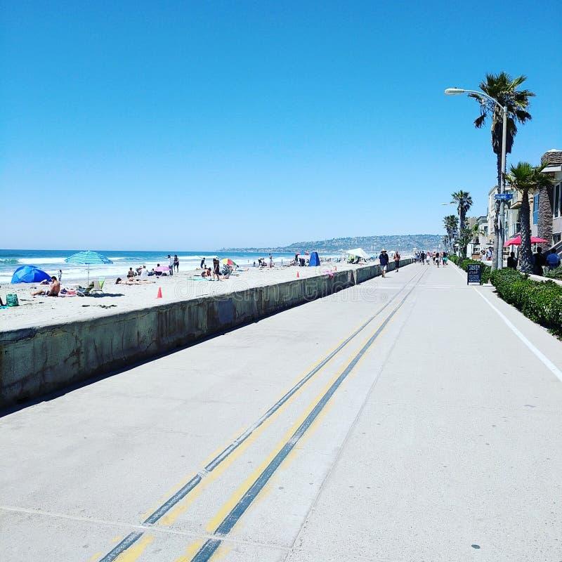 Strandpromenad vid havet arkivbild