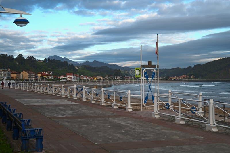 Strandpromenade in Ribadesella, Asturias, Spanje royalty-vrije stock fotografie