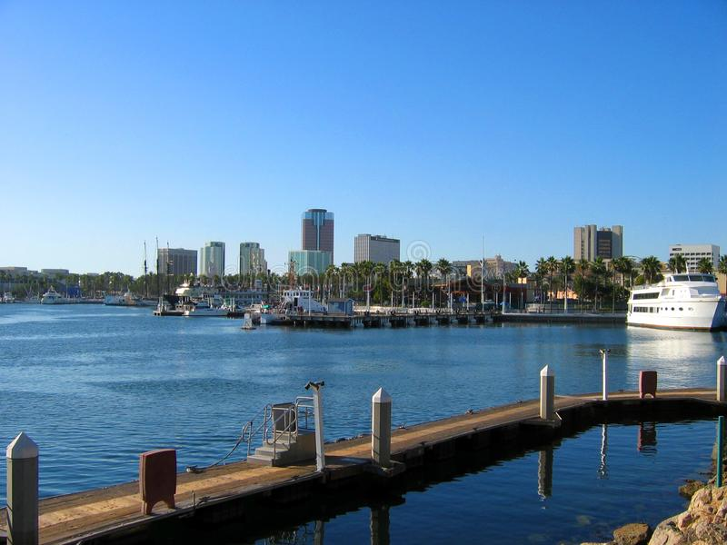 Strandpromenader vid Shorelinebyn, regnbågehamn, Long Beach, Kalifornien royaltyfri bild