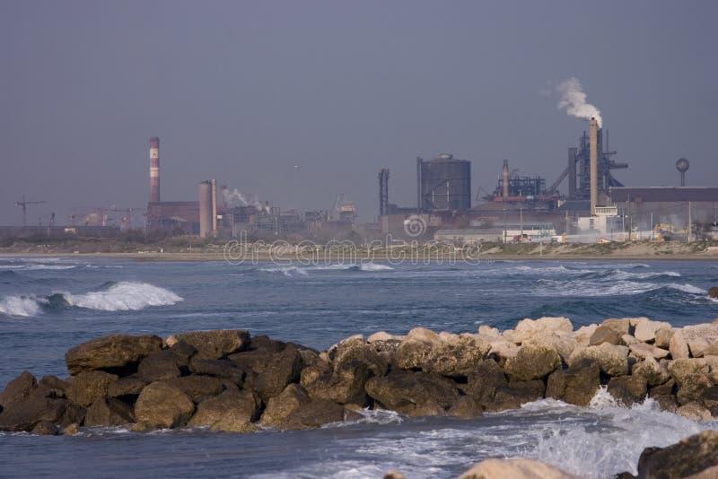 Strandraffinerie lizenzfreie stockbilder