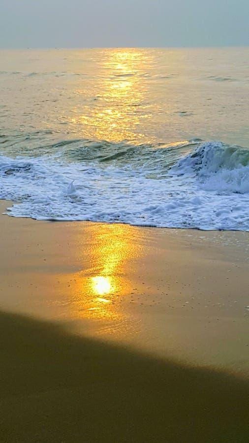 Strandreflexion des Sonnenaufgangs stockfotografie