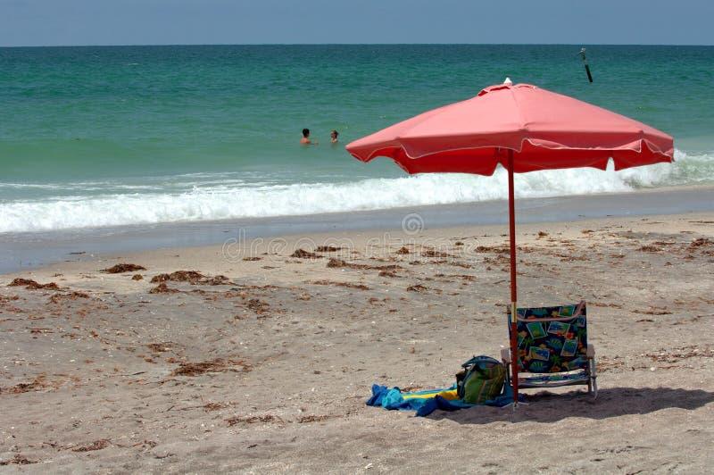 Strandregenschirm lizenzfreies stockfoto