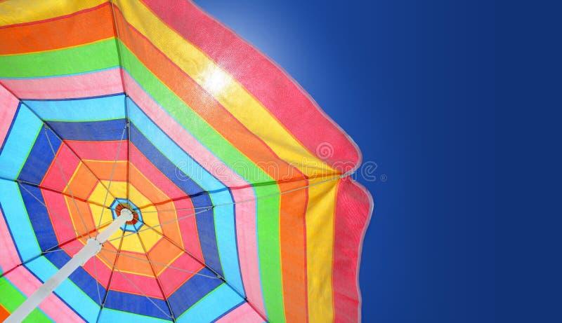 Strandregenschirm gegen sonnigen Himmel stockfoto
