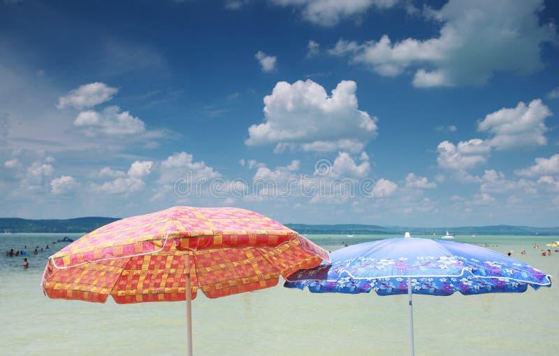 Strandregenschirme stockbild
