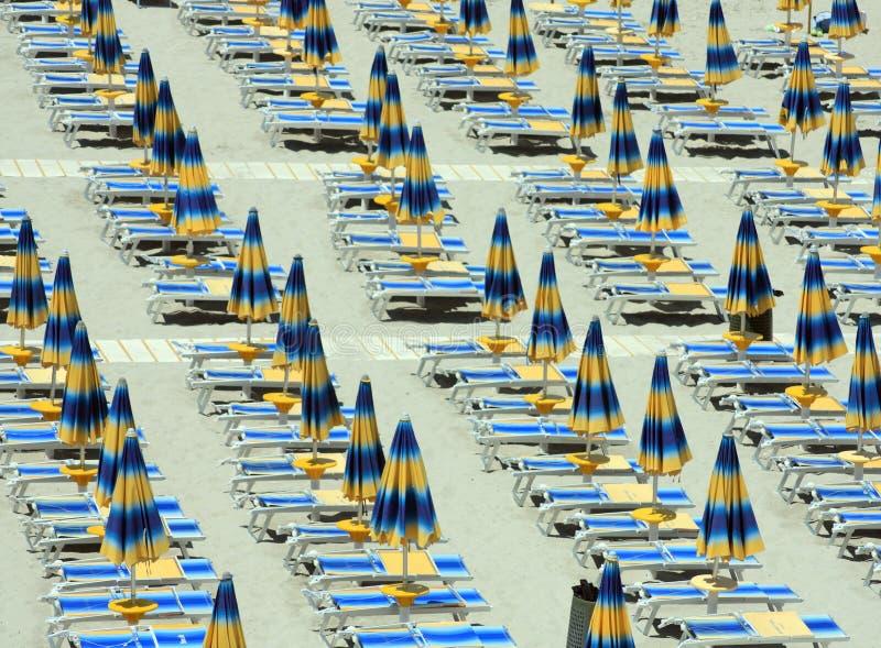 Strandregenschirme und sunbeds stockfoto
