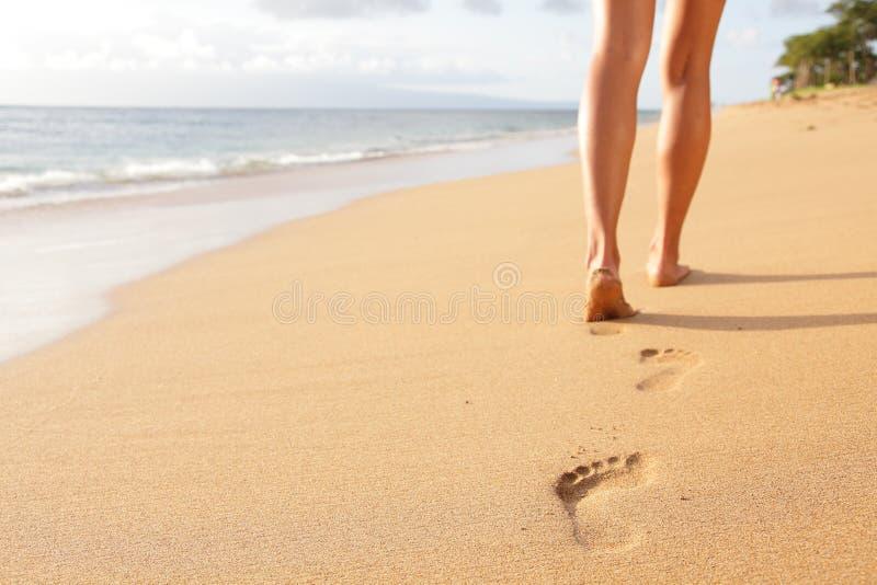 Strandreis - vrouw die op de close-up van het zandstrand lopen royalty-vrije stock afbeeldingen