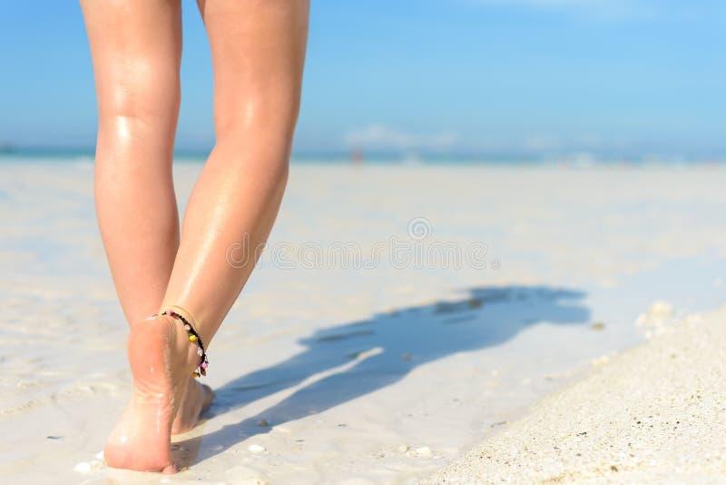 Strandreis - Vrouw die op zandstrand lopen Close-updetail van vrouwelijke voeten en gouden zand royalty-vrije stock afbeeldingen