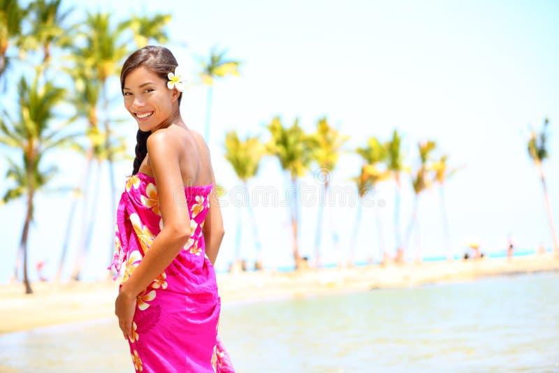Strandreis - vrouw glimlachen gelukkig op Hawaï royalty-vrije stock foto