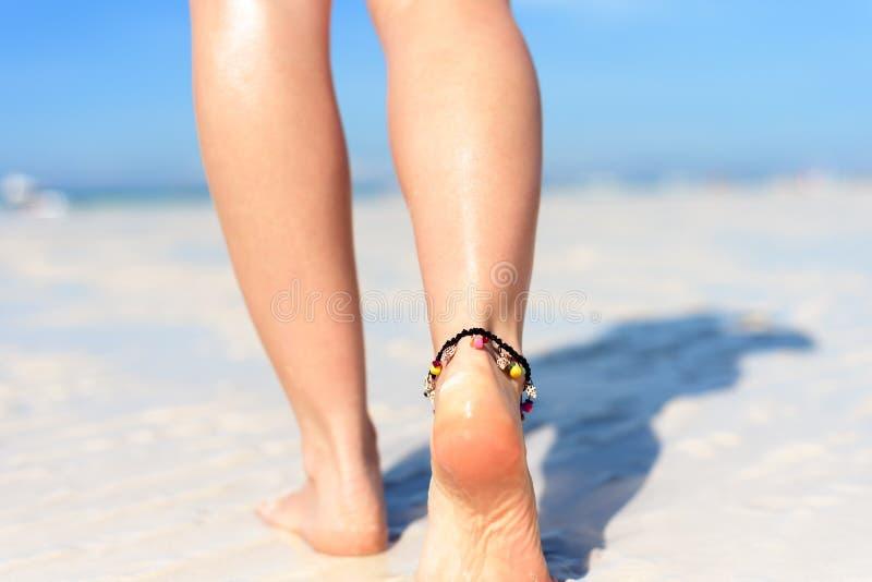 Strandreisekonzept Sexy Beine auf tropischem Sand-Strand Gehende weibliche Füße nahaufnahme lizenzfreie stockfotos