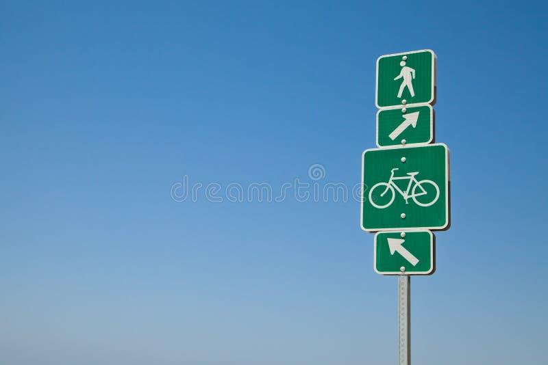 Strandriktningscykelbana och gåtecken royaltyfria foton