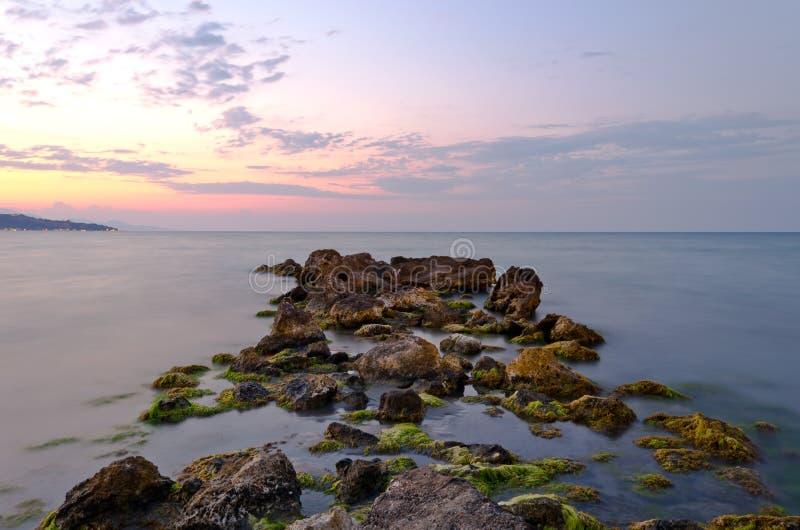 Strandrotsen bij zonsondergang royalty-vrije stock fotografie