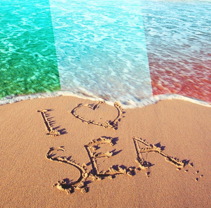 Strandsand, Meer und Flagge Italien Ich liebe Italien-Konzept stockfotografie