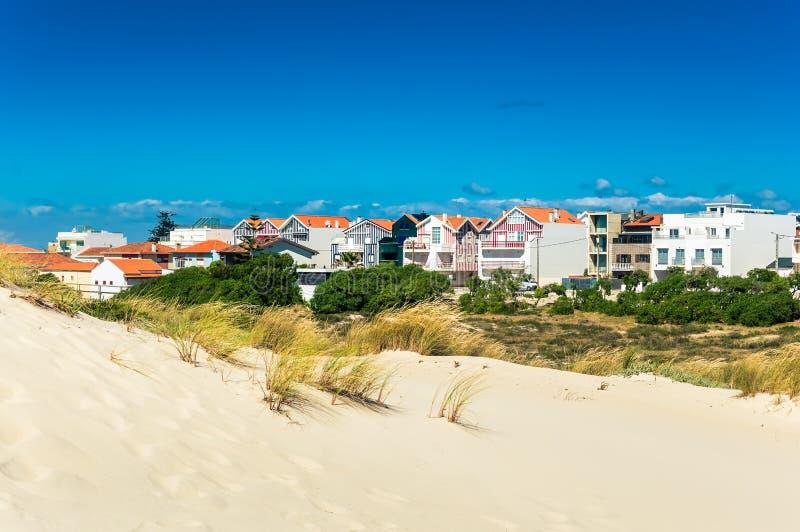 StrandSanddünen und bunte Häuser in einem Stranddorf Costa Nova, Portugal stockfotos