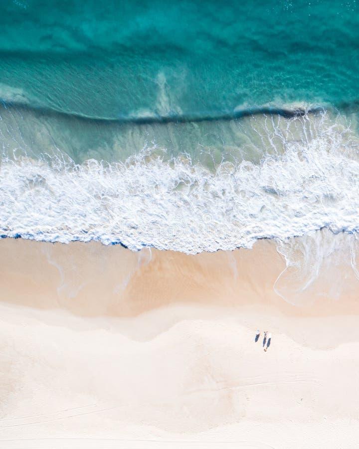 Strandsatellietbeeld op de hoogste mening van Gold Coast Nice van de blauwe oceaan, verpletterende golf, het witte zand en de men stock afbeelding