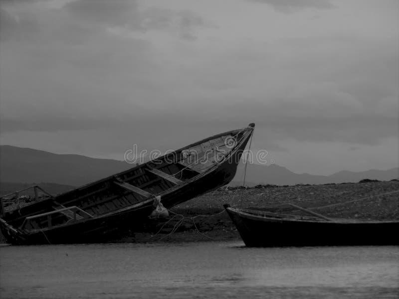 Strandsatta fiskebåtar arkivfoton