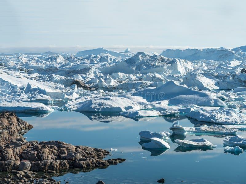 Strandsatta isberg på munnen av Icefjorden nära Ilulissat, G royaltyfri foto