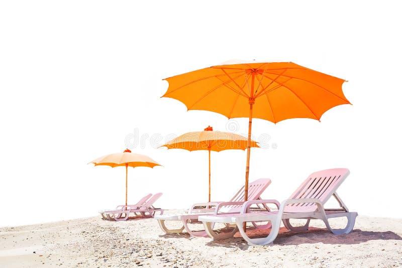 Strandschirm und Stuhl stock abbildung