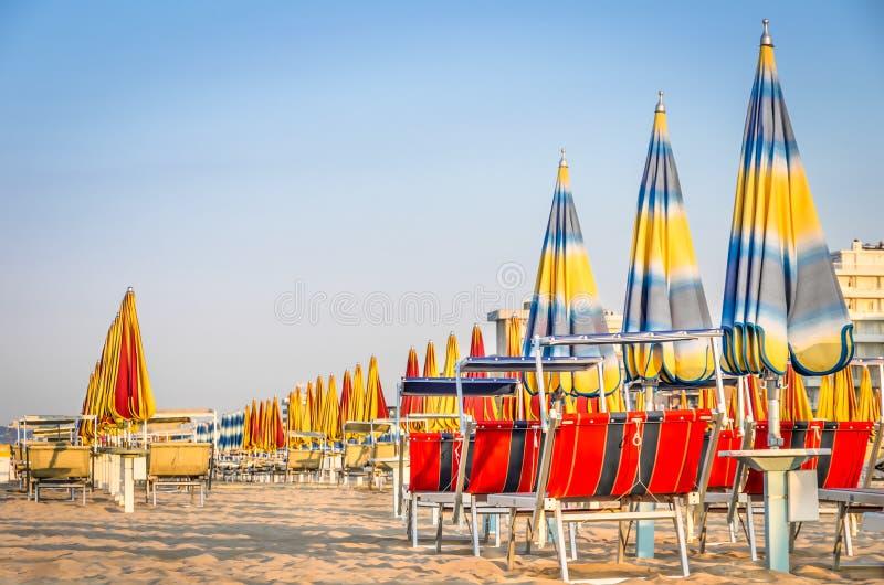 Strandschirme am Ende der Jahreszeit - Rimini-Strand, Italien stockfotografie
