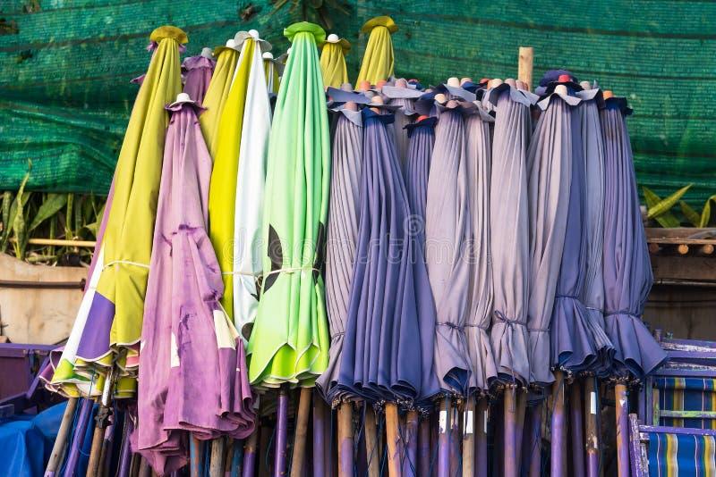 Strandschirme schlossen zusammen gesetzt gegen die Wand thailand stockbild