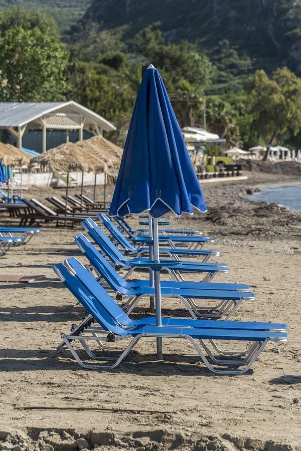Strandschirme und Nichtstuer Kato lizenzfreies stockfoto