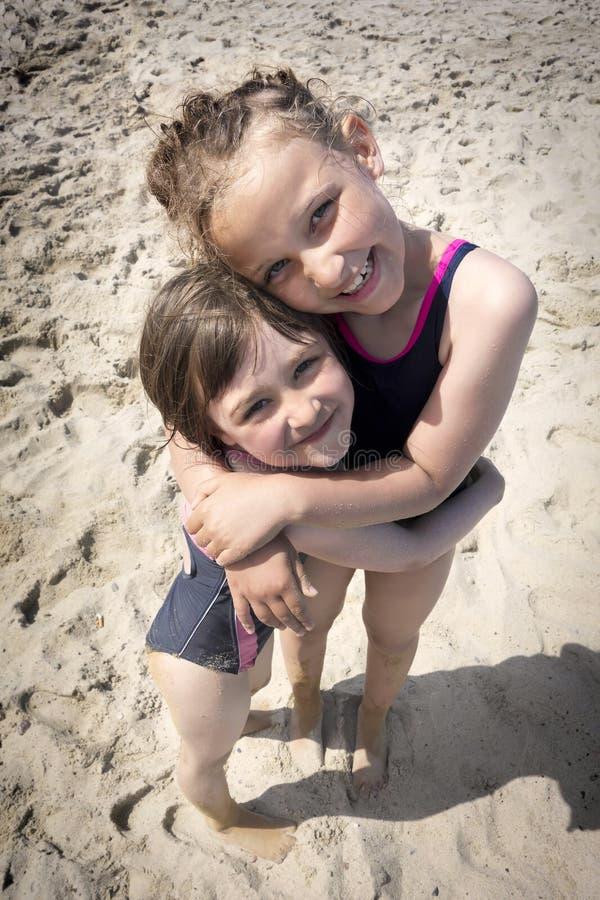 Strandschwesterliebe stockfotografie