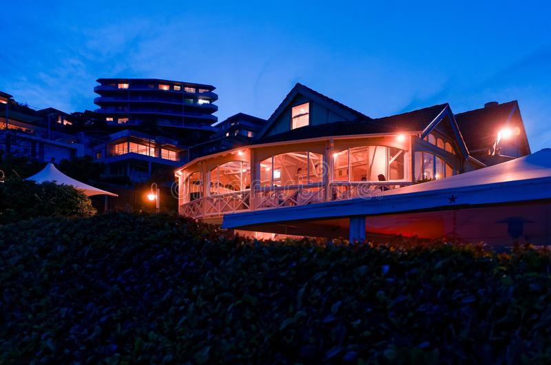 Strandseitenrestaurant in Sydney Australia nachts lizenzfreies stockbild