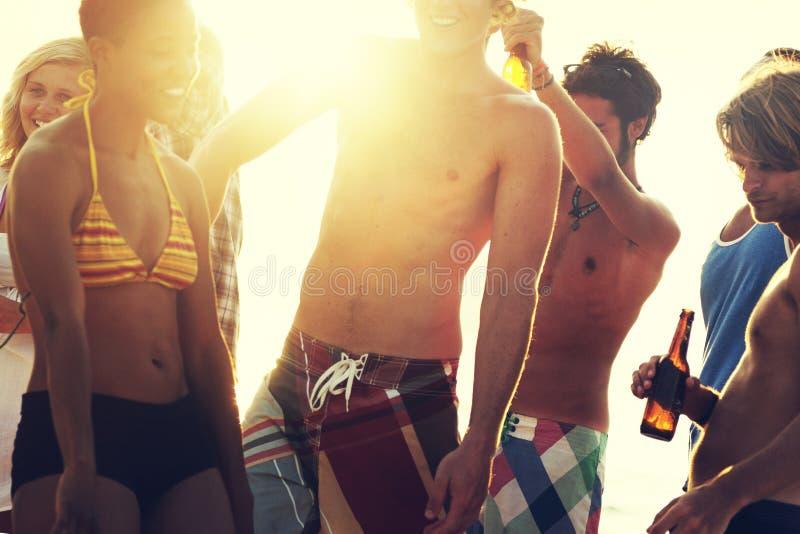 Strandsemester som tycker om ferieavkopplingbegrepp arkivfoto