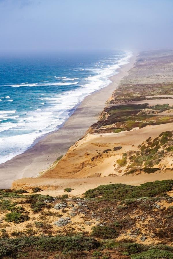 Strandsikt från slingan till fyren i punkt Reyes National Shoreline, Kalifornien royaltyfria bilder