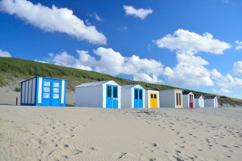 Strandskjul på stranden av Texel i Nederländerna royaltyfria foton