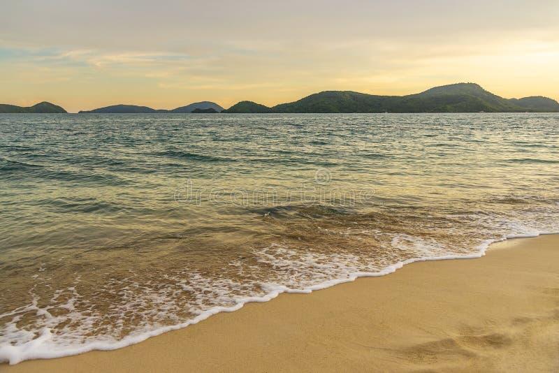 Strandsolnedgång eller soluppgång med färgrikt av molnhimmel och solljus royaltyfri fotografi