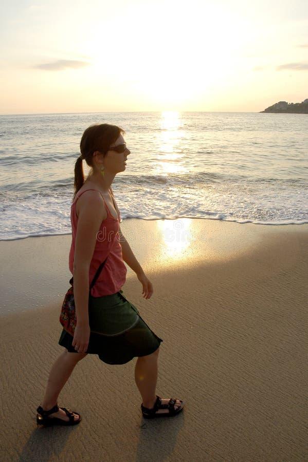 strandsolnedgångkvinna fotografering för bildbyråer