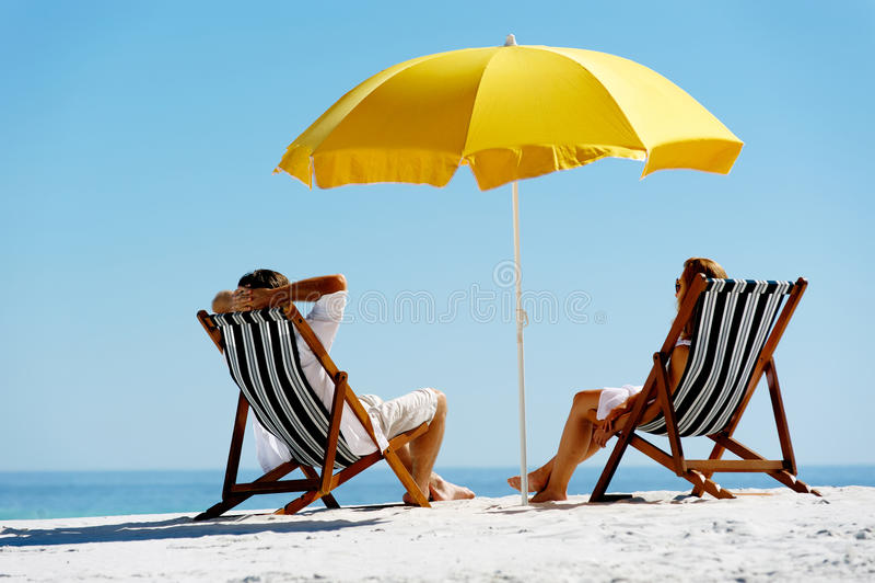 strandsommarparaply royaltyfri foto