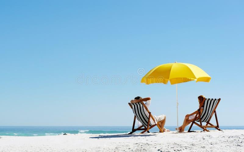 Strandsommerregenschirm stockfotografie