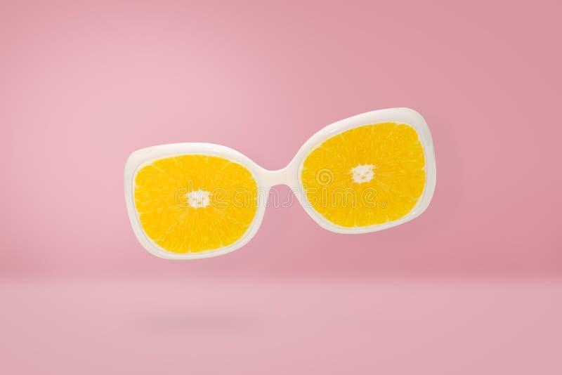 Strandsonnenbrille mit orange Linse auf rosa Pastell, Sommerkonzept lizenzfreie stockfotografie
