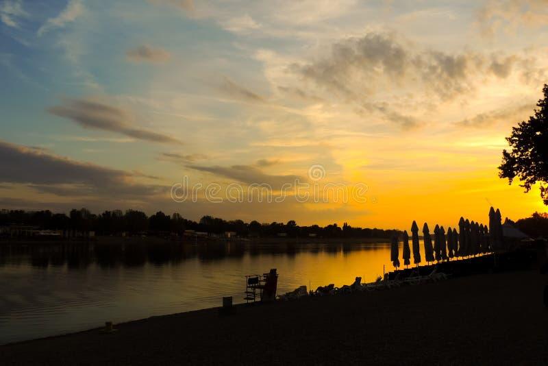 Strandsonnenuntergang in einer goldenen Stunde stockfotografie