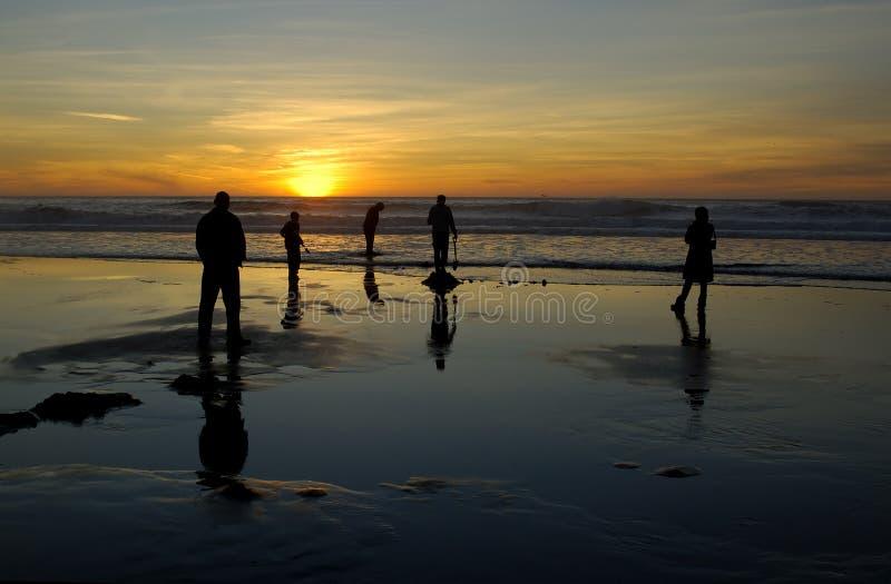 Strandspaß am Sonnenuntergang lizenzfreies stockbild